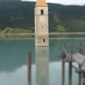 "Turm im <a href=""https://de.wikipedia.org/wiki/Reschensee"">Reschensee</a>"